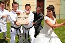 A je po svobodě. Dřevěnou desku přetnula nevěsta Iva Malatová, nyní už Svítilová, stejně rychle, jako řekla ano
