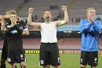 Zleva: Vladimír Darida, Pavel Horváth a František Rajtoral oslavují výhru Viktorie v Neapoli