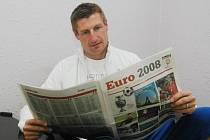 Úlohu hosta při přenosech z Eura 2008 si v neděli v televizi  Prima vyzkoušel fotbalový internacionál Petr Vlček. Ke studiu informací o šampionátu využil i zvláštní přílohu Deníku