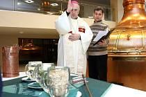 Biskup František Radkovský požehnal velikonoční dávce piva