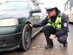 Policisté zastavovali řidiče na Folmavské ulici.