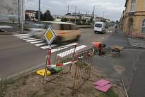 Bez semaforů se jezdí přes rušnou křižovatku Přemyslova – Kotkova v Plzni