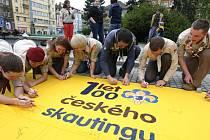 Skauti v úterý na Masarykově náměstí v Plzni podepisovali velký šátek určený pro fasádu jednoho z domů na Americké třídě. I tento čin byl spojený s oslavou sta let skautské organizace v českých zemích