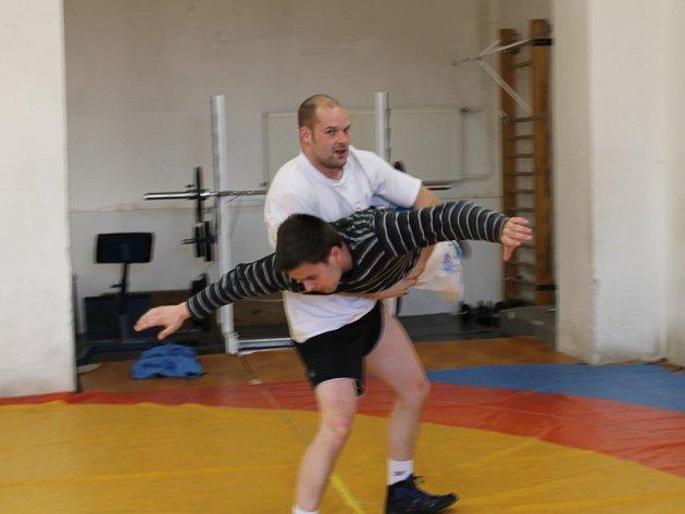 TOHLE NENÍ ZDÁLKY. Dva zápasníci plzeňského oddílu trénují na žíněnce v sokolovně na Roudné.