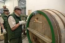 Ladislav Bešťák označuje nový sud na počest stěhování bednárny plzeňského pivovaru do nových prostor.