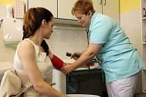 Vyšetření, jež spočívá v odběru kapky krve z prstu a čerstvé moči, včera podstoupila i modelka Lucie Křížková Váchová.