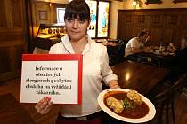 Jednou z možností o informování o alergenech, kterou využil plzeňský  Švejk restaurant v Riegrově  ulici,  je vyvěsit v prostorách ceduli a údaje podávat pouze na vyžádání