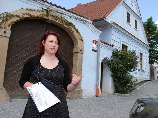 Adéla Šmausová (na snímku) včera provedla zájemce premiérově po plzeňském Božkově. Součástí trasy bylo i jádro, které tvoří vesnická památková rezervace