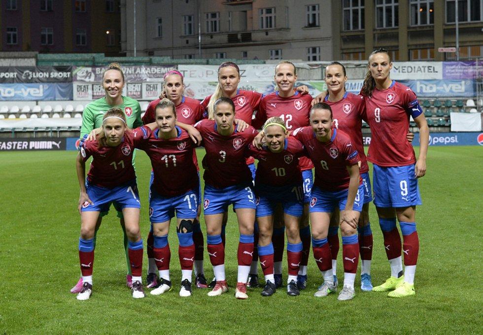 TÝMOVÉ FOTO. Se spoluhráčkami z reprezentace, Kateřina Svitková ve spodní řadě druhá zprava.