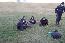 Čtveřice migrantů vyskákala ve Štěnovicích z kamionu, policisté je ihned chytili