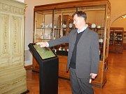 Opravené a zpřístupněné druhé patro. Jindřich Mleziva ukazuje infopointy, kde návštěvníci najdou informace o předmětech expozice Umělecké řemeslo/Užité umění.
