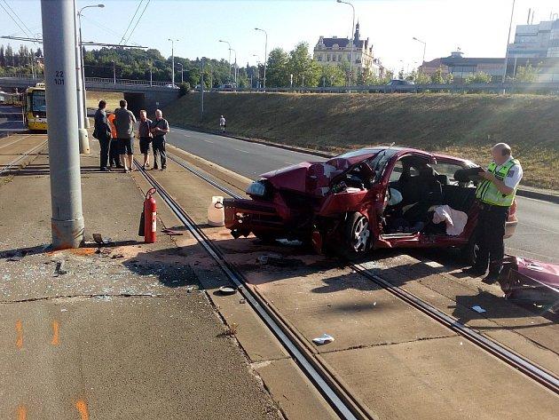 Nehoda osobního auta u Rondelu v Plzni