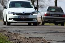 Zima se na některých silnicích podepsala více, na jiných méně. Na snímku je tah ze Zruče do Třemošné.