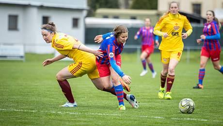 NADSTAVBU ZAČALY PORÁŽKOU. Fotbalistky Plzně (na archivním snímku v modročerveném) podlehly v prvním zápase ve skupině o titul Spartě 0:5.
