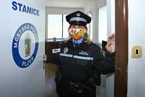 Novou okrskovou služebnu otevřela Městská policie ve spolupráci s obvodem Plzeň-Doubravka na konečné stanici trolejbusů MHD a příměstských autobusů v Zábělské ulici v Plzni.