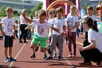 Sportovní hry předškoláků na atletickém stadionu ve Skvrňanech.