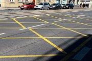 Na hlavních plzeňských křižovatkách je nově instalováno vodorovné dopravní značení, upozorňující řidiče na ponechání volného prostoru v křižovatkách. Snímek je z Klatovské třídy.