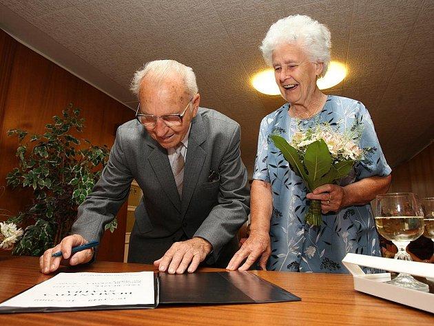 Diamantovou svatbu, čili šedesát let společného života v sobotu na radnici prvního plzeňského obvodu oslavili manželé Václav a Růžena Blažkovi. Brali se přesně 16.července 1949.