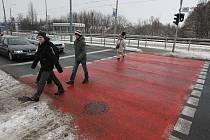 Ani na červeném pruhu na Karlovarské třídě nemají chodci přednost jako na přechodu