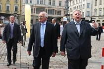 Prezident Václav Klaus a hejtman Plzeňského kraje Milan Chovanec při cestě z budovy Krajského úřadu na náměstí Republiky v Plzni