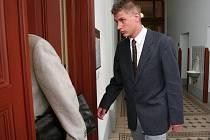 Tomáš Matoušek vchází do soudní síně, aby se znovu vrátil k případu, kdy podle obžaloby měl v červenci 2005  na CzechTeku najíždět autem do zástupu policistů