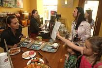 Deník společně se sítí kaváren Crosscafe připravil pro pilné školáky odměnu