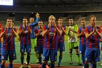 Fotbalisté Viktorie děkují skalním fanouškům na bruselském královském stadionu