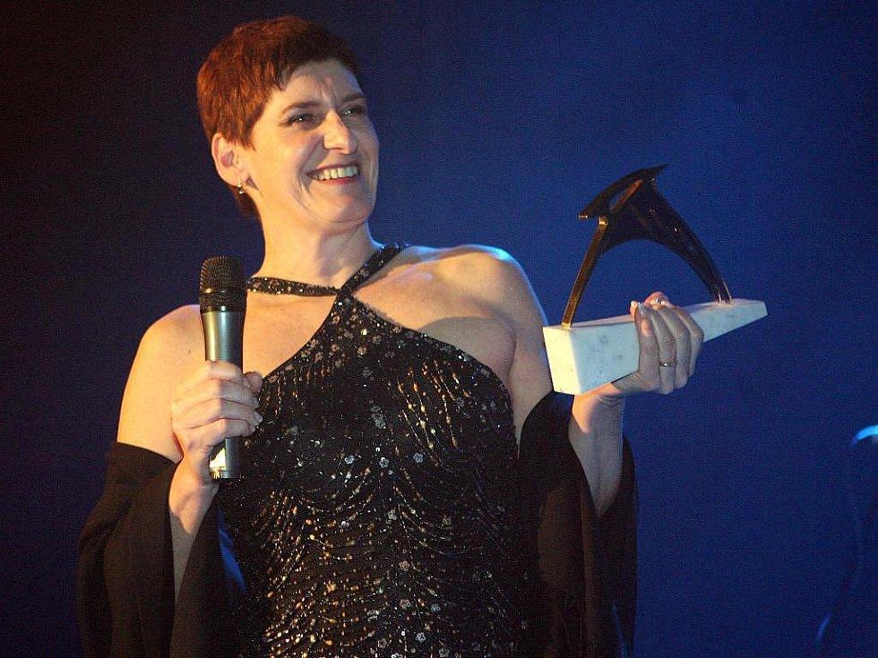 Vyhlášení cen hudební ankety Žebřík. Martinu Chodúrovi předávala cenu náměstkyně plzeňského primátora Marcela Krejsová