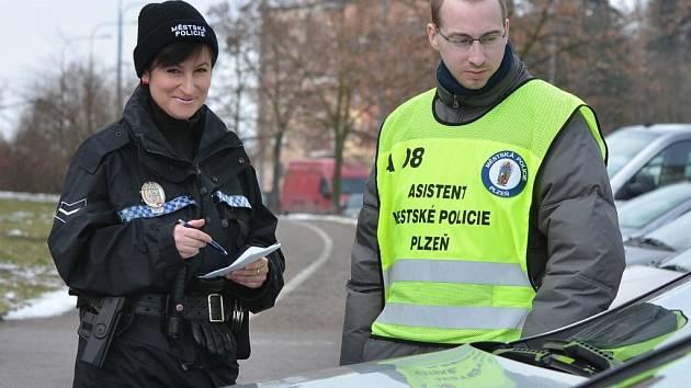 Martina Matula (vpravo) je jedním z asistentů, kteří se pohybují po Plzni. Poznáte je podle reflexních vest
