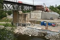 Rekonstrukce železničního mostu v Těšínské ulici je v plném proudu.