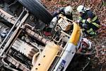 Domíchávač betonu skončil v příkopu, řidič byl v kabině zaklíněný několik hodin