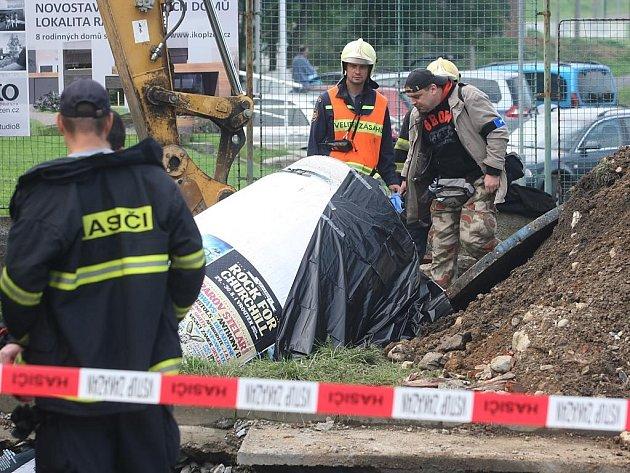 Během výkopových prací v Plzni-Doubravce zavalil dělníka reklamní stojan