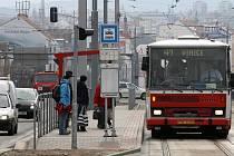 Zastávka MHD Lékařská fakulta na Karlovarské třídě v Plzni je společná pro tramvaj i autobus. Platí to však jen u autobusových spojů ve směru na Vinice