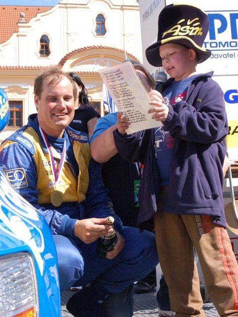 Věrný příznivec Bobin přednáší Václavu Pechovi v cíli Mogul Šumava Rallye oslavnou básničku na počest jeho vítězství