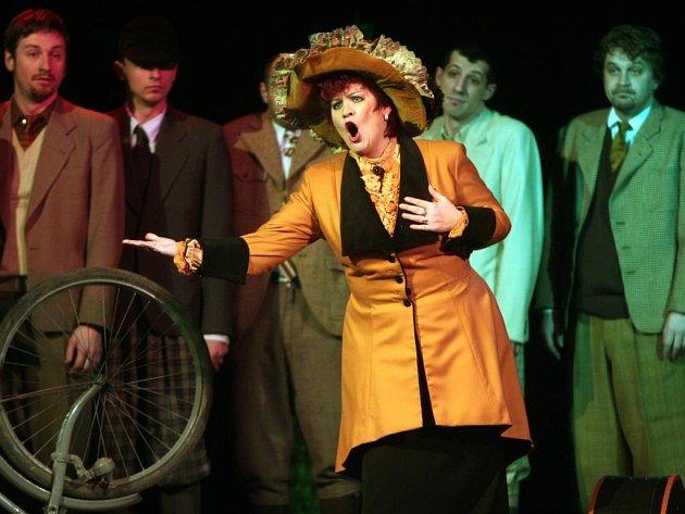 Operní parodií Provdaná nevěsta začal v plzeňské Měšťanské besedě 28. ročník festivalu Smetanovské dny (na snímku z představení Venuše Dvořáková v roli Mařenky)