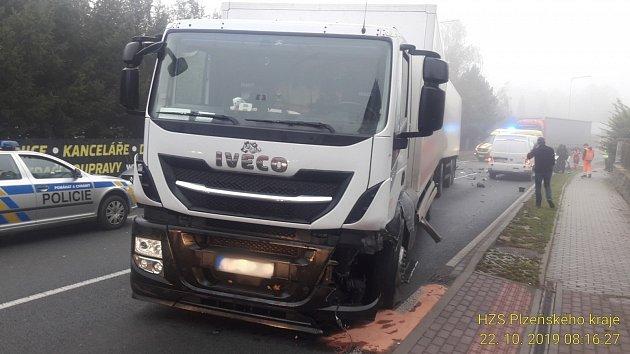 Nehoda osobního a nákladního auta vLužanech