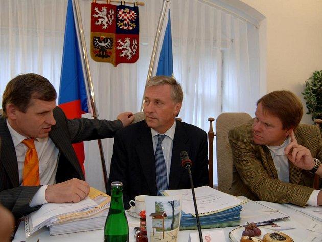 Vláda ve středu zasedala v zámku ve Spáleném Poříčí. Diskutují spolu premiér Mirek Topolánek (uprostřed), místopředseda vlády a předseda KDU-ČSL Jiří Čunek (vlevo) a předseda strany Zelených Martin Bursík (vpravo).