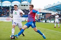 Viktorián Jan Kopic, který na snímku bojuje se střídajícím Jakubem Klímou z Mladé Boleslavi, dal vedoucí gól svého celku, ale nakonec byl smutný po porážce 1:2.