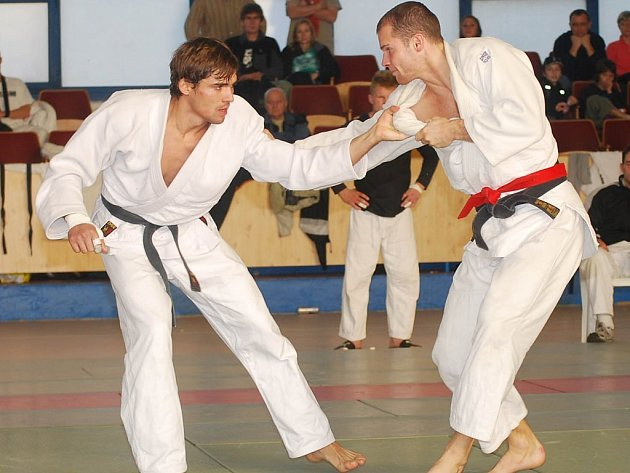 Naplno bodoval v utkáních o udržení v extralize družstev v Plzni domácí judista Michal Hubáček (vpravo).