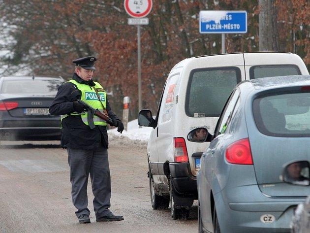 Policisté pátrají po ozbrojeném pachateli, který přepadl ve Zruči-Senci poštu