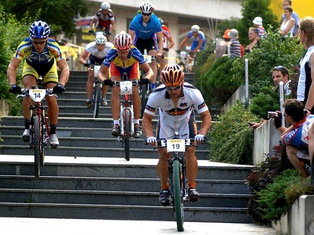 Sjezd  schodů u Divadla J. K. Tyla, tahle divácká lahůdka  nebude chybět ani při osmém ročníku   Author koridy horských kol. Atraktivní klání bikerů se koná v Plzni dnes