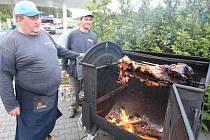 Sledování televizní show si přítomní zpříjemnili i konzumací selete pečeného v originálním ohništi
