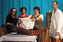 Snímek ze hry Jak oženit pana lékárníka, kterou zítra představí ochotnický spolek Buřina Příchovice