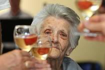 Přípitek. Marie Denková v Domově seniorů svatého Jiří  včera oslavila narozeniny. Právě před sto lety se na Doubravce narodila.