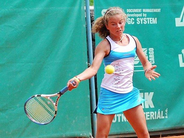 Třináctiletá karlovarská tenistka Petra Rohanová zdolala na mistrovství Evropy v Plzni ve čtvrtém kole Ukrajinku Oleksandru Korashviliovou 6:2, 6:1.