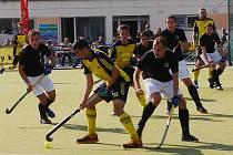 Těsnou porážku museli skousnout hráči A týmu Litic, kteří podlehli Hostivaři 2:3. Na snímku je v obležení hráčů hostů litický Eduard Gerlický (ve žlutomodrém dresu).