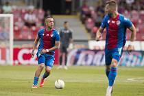 Luděk Pernica (u míče).