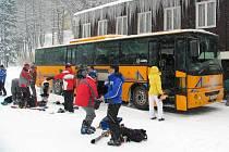 Speciálním skibusem se lze dostat do lyžařského střediska Snowhill v Kašperských Horách čtyřikrát týdně vždy od čtvrtka do neděle. V ceně jízdného je i skipas.