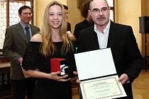 Tereza Polcarová byla vyhlášena nejlepší sportovkyní Plzně v kategorii staršího žactva. Na snímku s primátorem města Plzně Martinem Zrzaveckým.