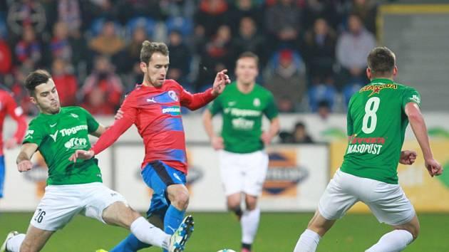 Tomáš Hořava se snaží projít přes bránící hráče Jablonce.
